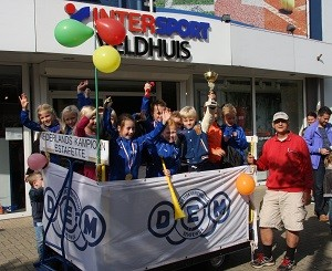 Huldiging pupillen op de Breestraat